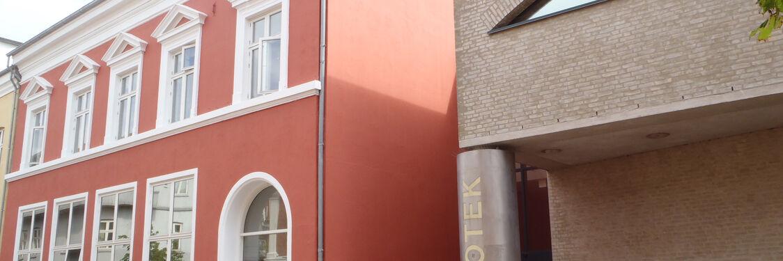 Holbæk Biblioteks hovedindgang set fra Nygade
